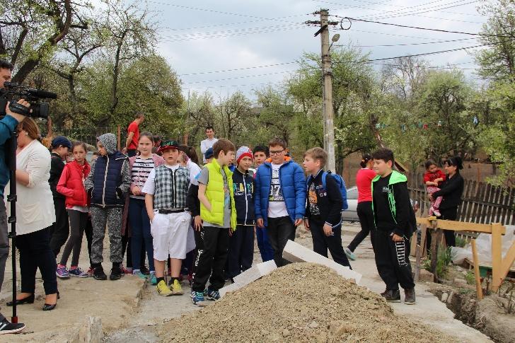 """Lecţie de viaţă! 26 de elevi câmpineni de la Şcoala """"B.P. Hasdeu"""" au pus piatra de temelie a casei unei familii din Comarnic, rămasă fără nimic în urma unui incendiu . (foto si video )"""