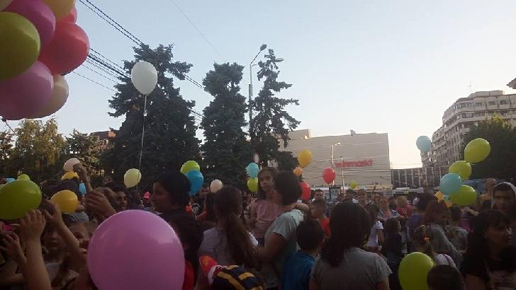 Copii din Ploieşti au colorat cerul cu baloane.