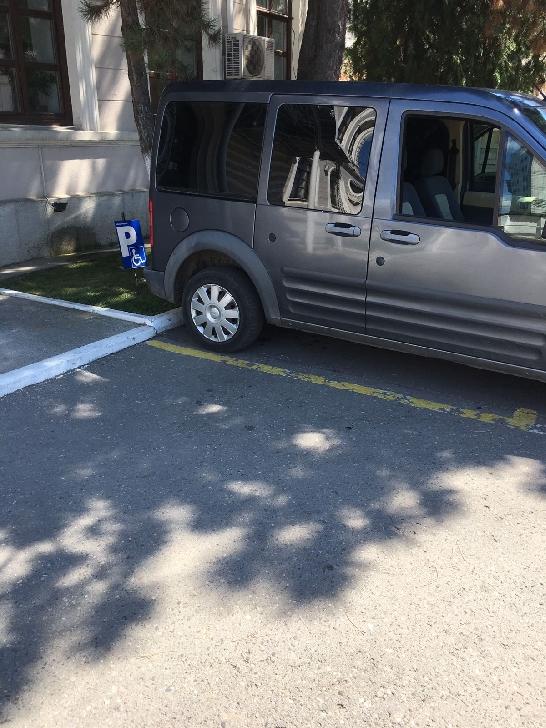 Noul director al SGU Ploiesti , Ovidiu Negulescu a parcat pe locurile pentru handicapaţi.