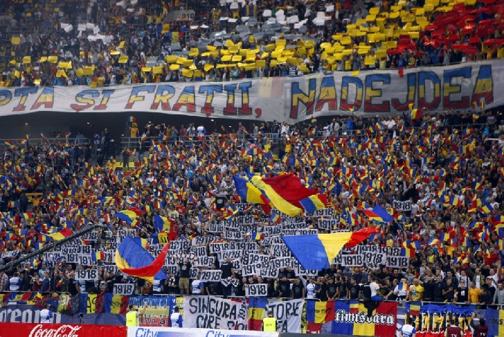 """Suporteri ai lupilor galbeni şi romani """"blocaţi """"la graniţa dintre Serbia şi Muntenegru."""