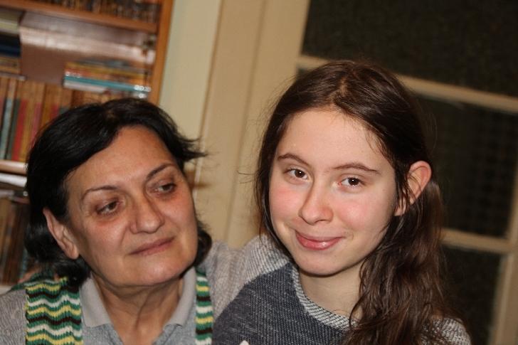 """Iulia Vîlcu, abandonată de bebeluş şi grav bolnavă, a """"reînviat"""" în familia asistentului maternal Maria Manta"""