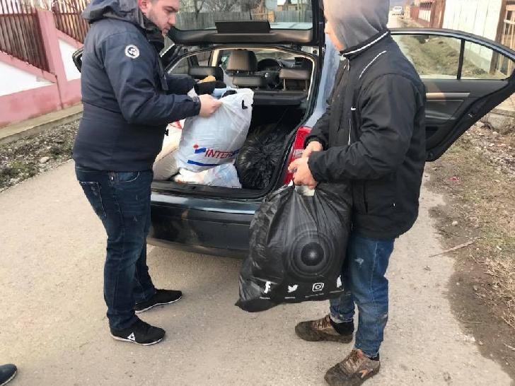 """O nouă acţiune umanitară la Puchenii Moşneni. Caravana"""" Din suflet pentru suflete """"a ajuns, din nou, la cele două familii nevoiaşe"""