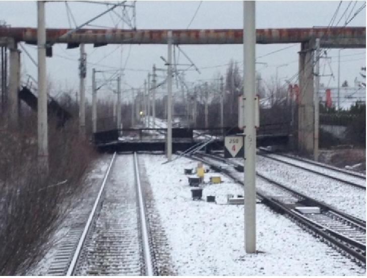 Incident in apropiere de Gara de Vest .  A cazut o pasarelă metalică peste sinele de tren