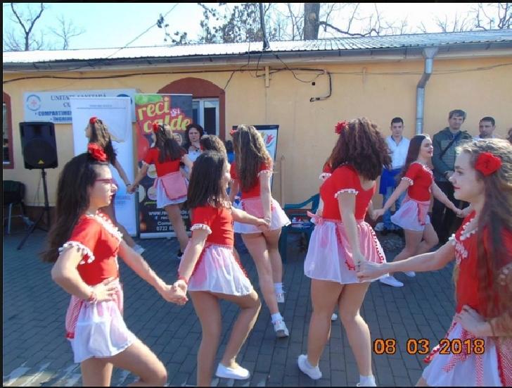 Trupa Happy Dance a adus zâmbete şi primăvara pentru  vârstnicii de la Darius Medical Center Plopeni