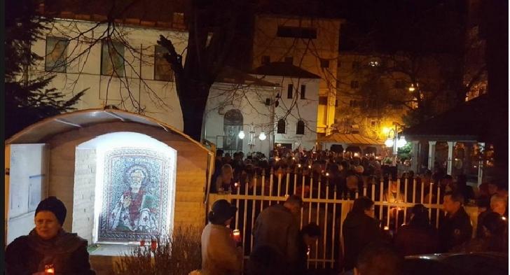 Hristos a înviat ! Sute de ploieşteni au luat Lumina sfântă de la biserică Sfântul Atanasie  Ploieşti