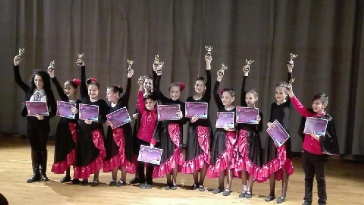 Copii de la trupa Mini a Centrului Cultural Vălenii de. Munte, locul 1 la Focşani