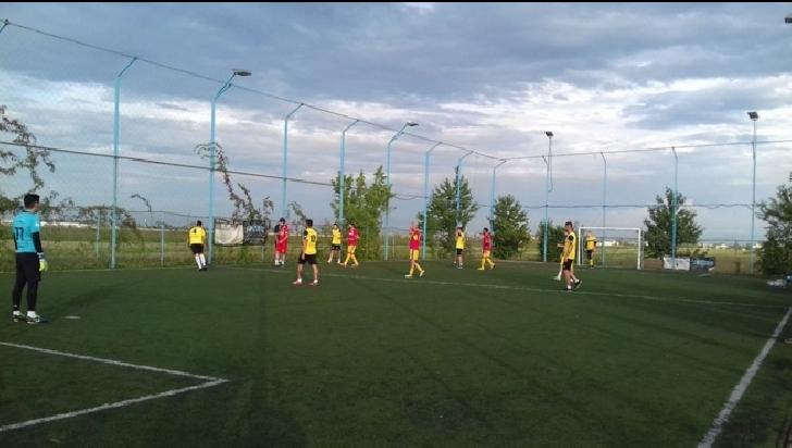 Fotbal – spectacol şi distracţie la Academia de minifotbal Strejnicu. MFC Ploiesti-Nationala Artiştilor 4-6