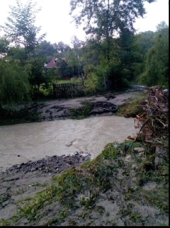 """La Cosminele viitura intra în casele oamenilor, primarul Anton Corneliu se face că """"plouă """""""