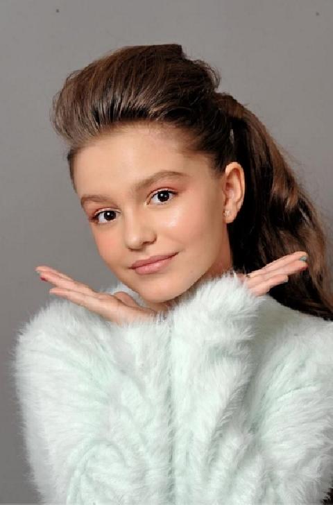 La doar 11 ani ,intre muzica si moda. Paula Both,ploiesteanca care a urcat pe podiumurile de moda importante