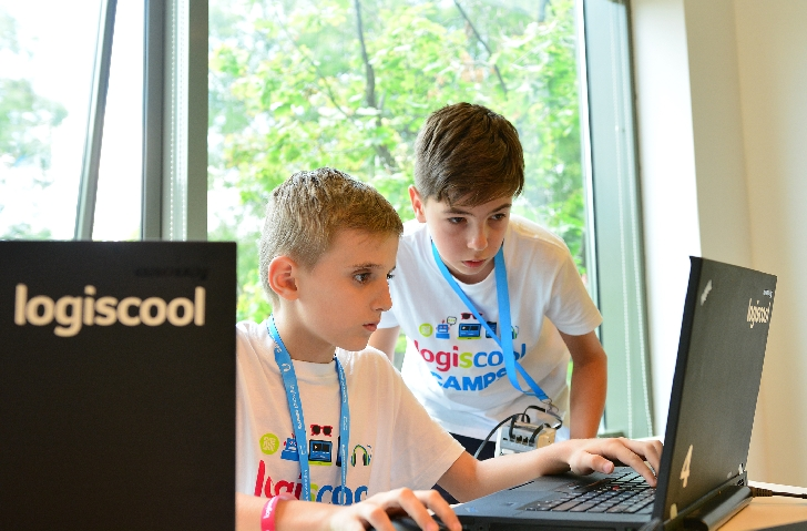 Copiii şi adolescenţii din Ploieşti pot participa începând cu anul şcolar 2018 - 2019 la cursurile de programare şi robotică Logiscool de la ei din oraş