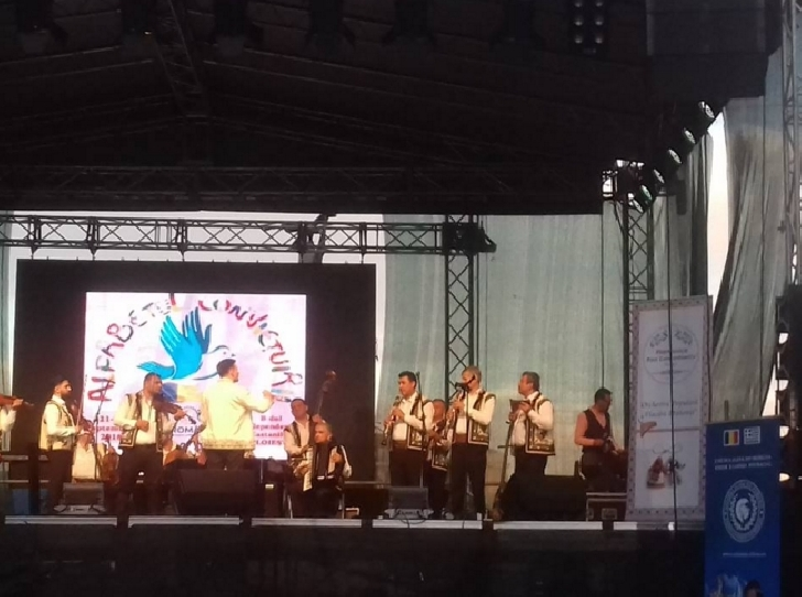 """Recital de exceptie al orchestrei populare """" Flacara Prahovei """" ( Filarmonica """" Paul Constantinescu """" Ploiesti ) la Festivalul """" Alfabetul Convietuirii """"."""