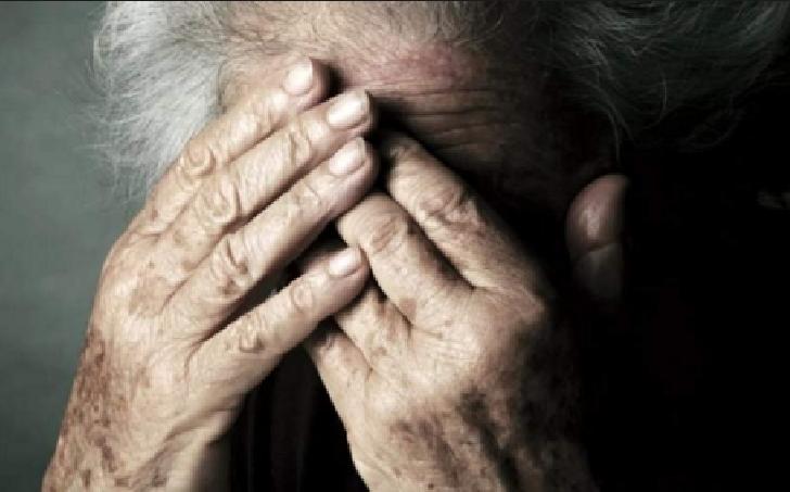 Duminica seara in cartierul Cina , o bătrână a fost bătută şi tâlhărită .