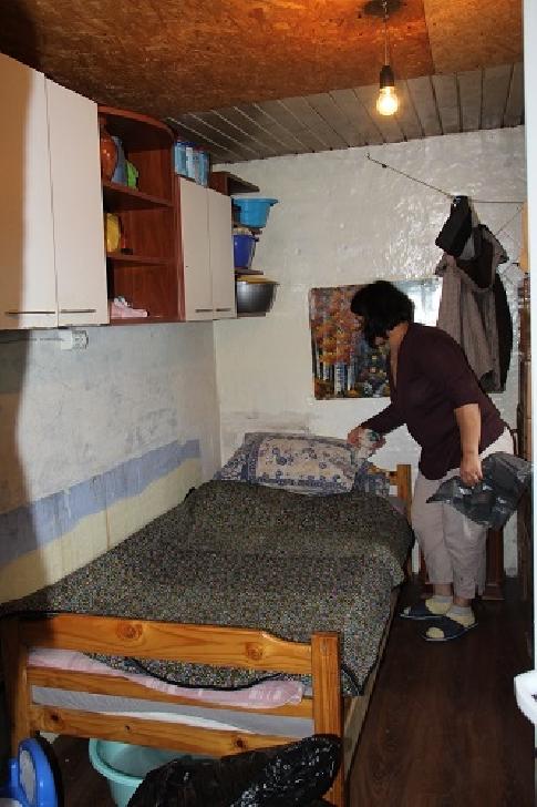 """Maria Pădure (9 ani), o copilă pentru care internările şi operaţiile anuale au devenit un """"stil de viaţă"""", are nevoie de o baie şi lemne pentru iarnă"""