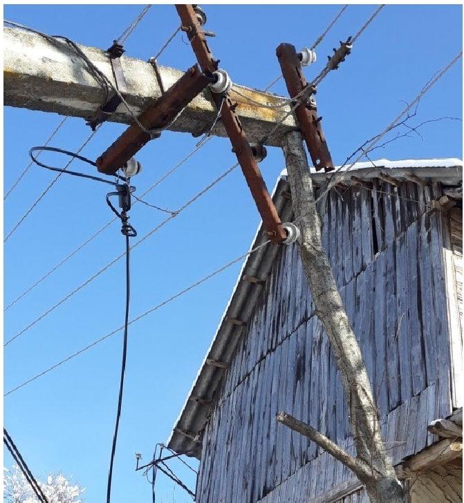 """Un stâlp de susţinere a firelor de curent pus la pâmânt de un utilaj de deszăpezire a fost reparat de un  """"Dorel"""" din Prahova"""