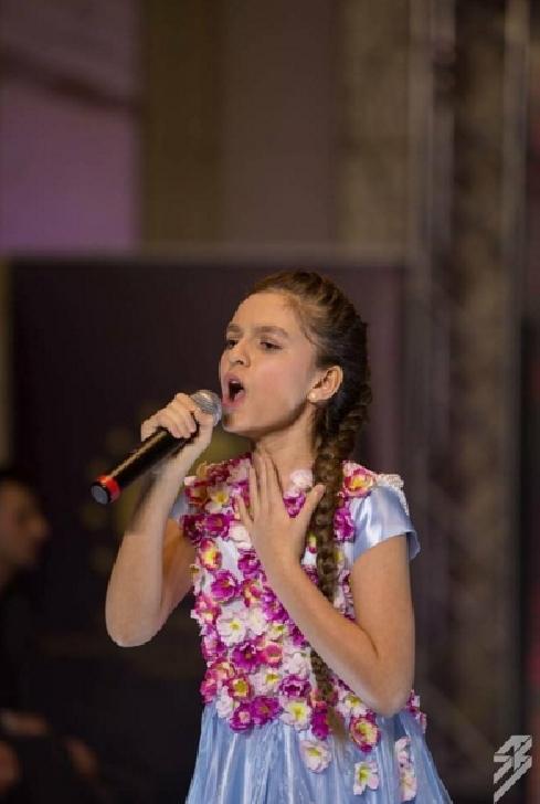 Ploieşteanca Paula Both- model, cântăreaţa şi Globetrotter
