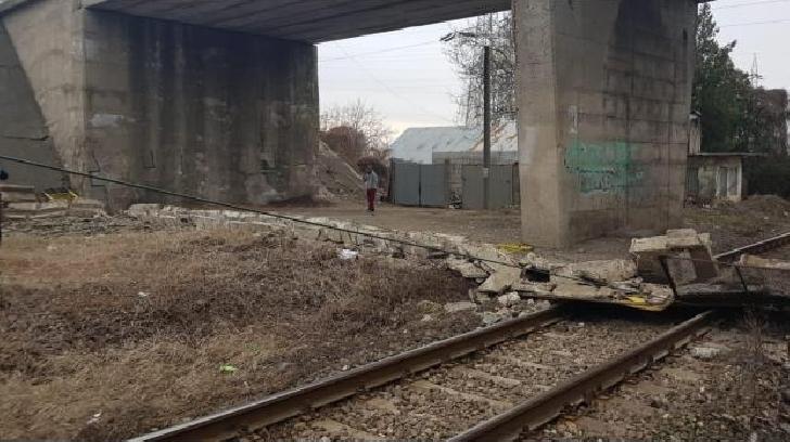O balustradă şi pasajul pietonal de pe podul Centurii de Est a Ploieştiului au căzut  peste calea ferată