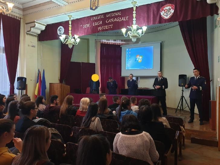 Specialisti din cadrul echipei manageriale a IJP Prahova au continuat acţiunile de promovare a profesiei de poliţist in liceele din Ploiesti