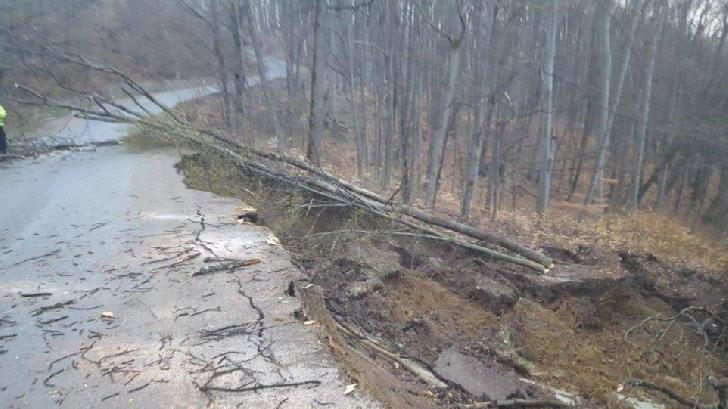 Opt localităţi din Prahova au fost afectate  de alunecări de teren