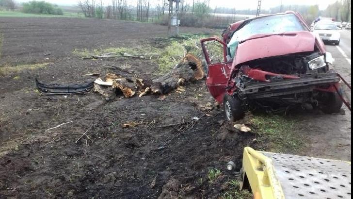 Tragedie la Cocorăştii Colţ. Un bărbat şi-a pierdut viaţa după ce a intrat cu dubita  într-un copac (Video )