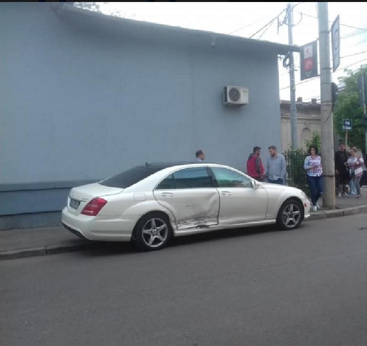 Tamponare între o ambulanţă privată şi un Mercedes în centrul Ploiestiului