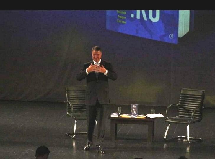 Preşedintele României, Klaus Iohannis şi-a lansat cartea,la Ploiesti, în prezenţa a peste 800 de oameni