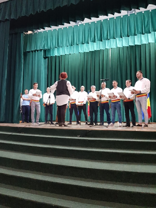 Spectacol de folclor la Centrul Cultural Vălenii de Munte, judeţul Prahova