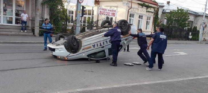 Accident mai puţin obişnuit, în Ploieşti. Un poliţist s-a răsturnat cu maşina
