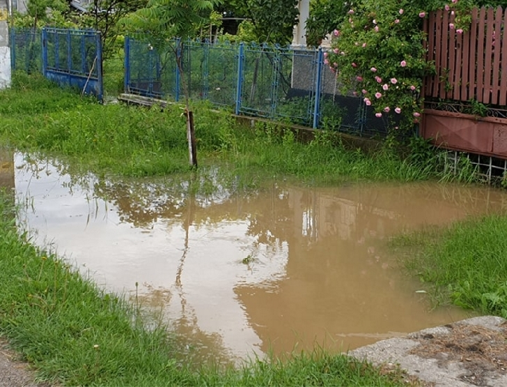 Ploile au făcut prăpăd şi la Podenii Noi