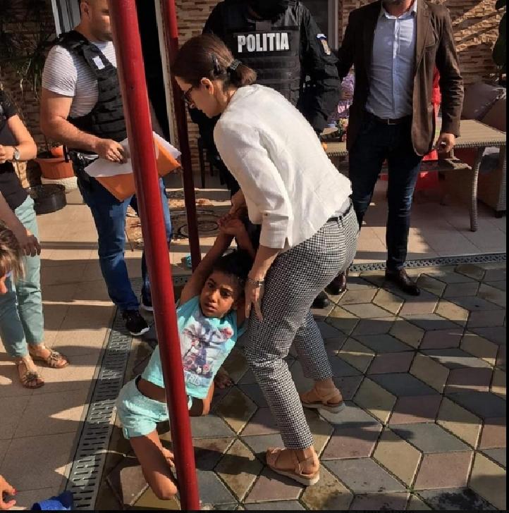 Şocant ! O fetiţă de 8 ani a fost  luată cu forţa de lângă familia care a crescut-o