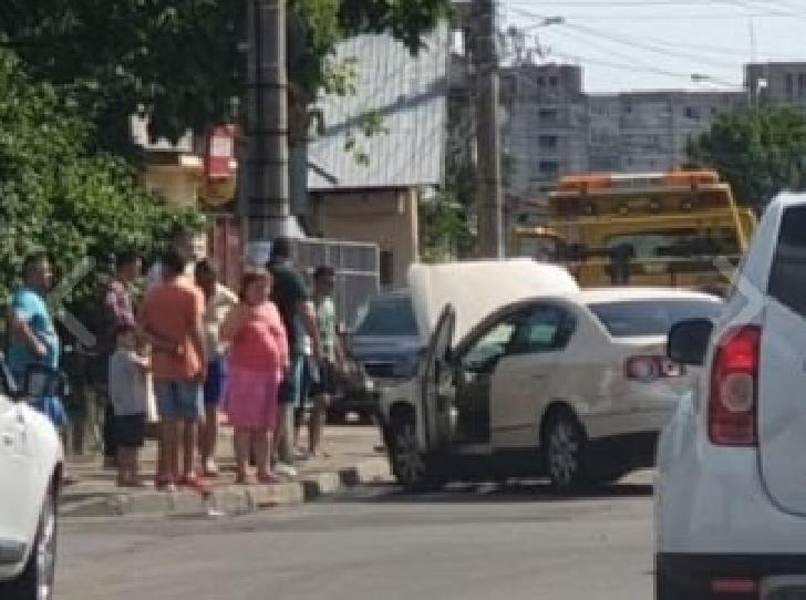 Accident rutier duminică după-amiază, la intersecţia străzii Nucilor cu Văleni