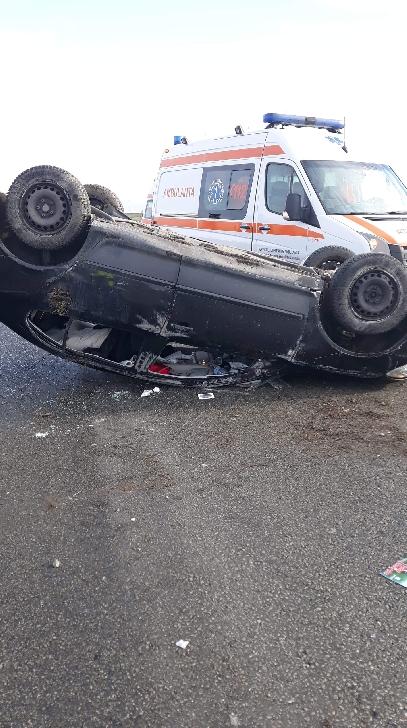 Un autoturism s-a răsturnat în apropiere de Cornu