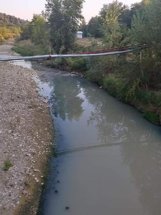 Dejecţiile din canalizarea oraşului Vălenii de Munte sunt revărsate în râul Teleajen
