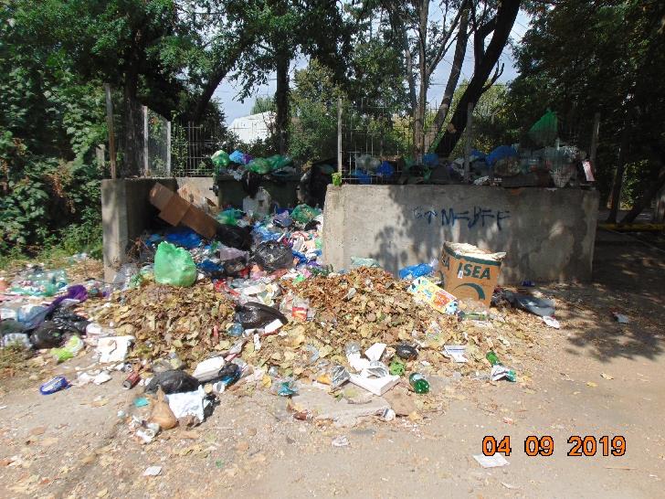 De 5 săptămâni nu a mai fost ridicat gunoiul în Colonia Teleajen Ploieşti