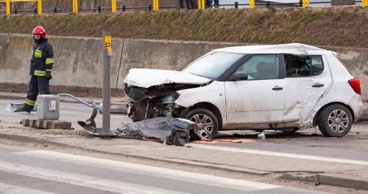 Accident spectaculos la Sinaia. Un autoturism s-a răsturnat după ce şoferul a pierdut controlul volanului