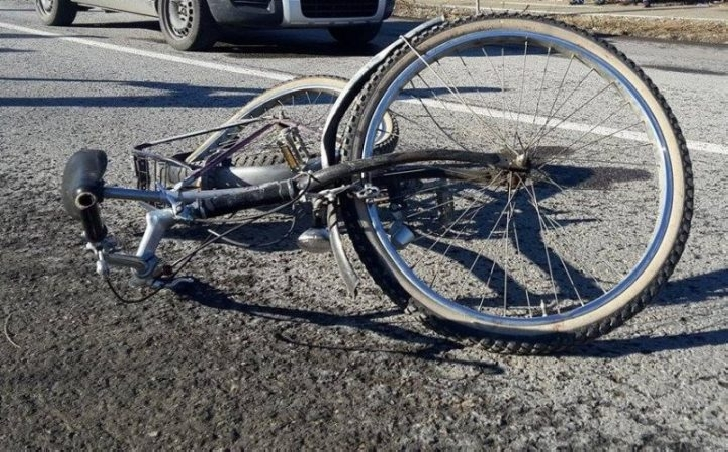 Un biciclist s-a autoaccidentat grav la Româneşti