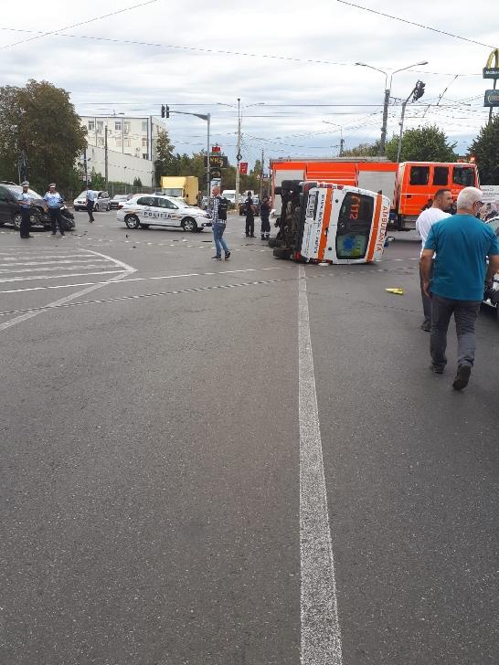 Accident rutier intre un autoturism şi o ambulanţă, la Ploieşti