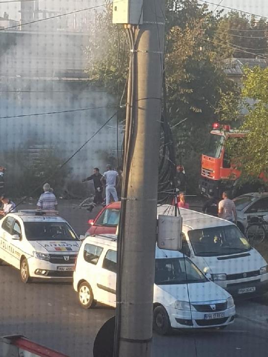 Un bărbat s-a autoincendiat pe strada Romană din Ploieşti, după ce a aprins vegetaţia uscată