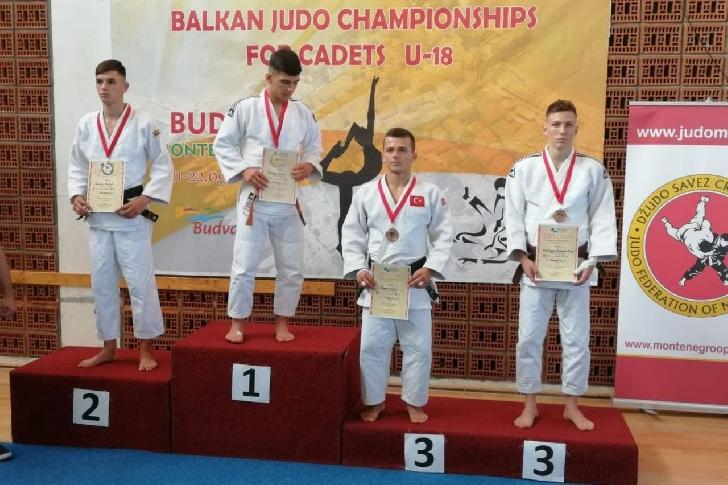 "Judoka Vladimir Grădinariu, medaliat  de bronz la Campionatele Balcanice ""U18"", de la Budva"