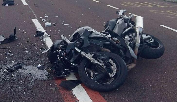 Un motociclist a căzut pe carosabil, la Băicoi