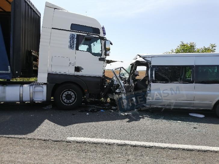 Accident rutier la intrarea în Vălenii de Munte, între un autoturism şi un TIR