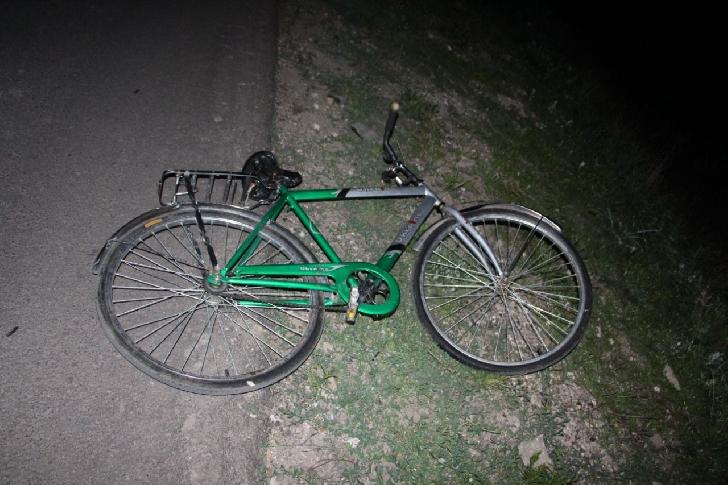 Un biciclist a fost lovit de un autoturism, în comuna Bătrâni, jud. Prahova