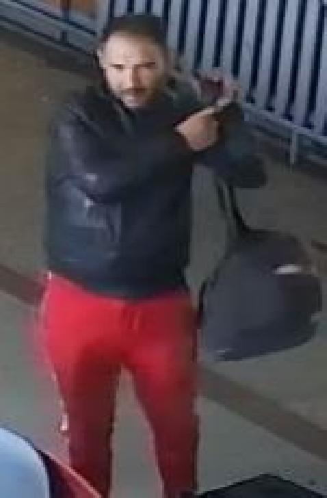 O minoră a dispărut în Gara Ploieşti Vest, cu doi bărbaţi. Dacă o vedeţi sunaţi la 112