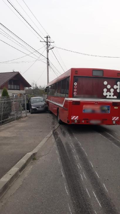 Accident între un autobuz şi un autoturism, la Brebu