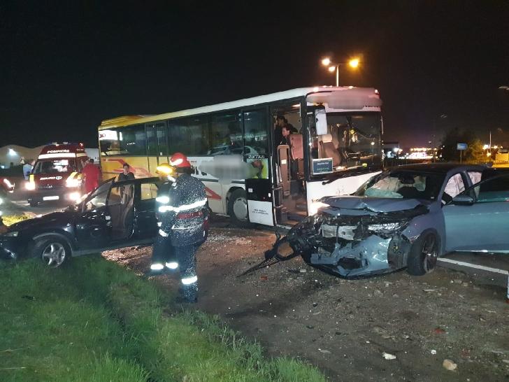 Accident rutier la Valea Călugărească, între două autoturisme şi un autobuz