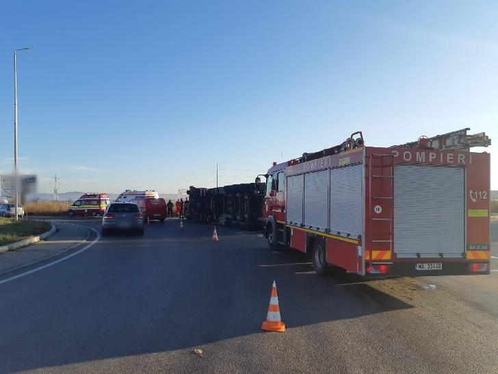Un autotren încărcat cu porci s-a răsturnat în zona giratoriului de la Carrefour (Centura de Nord)