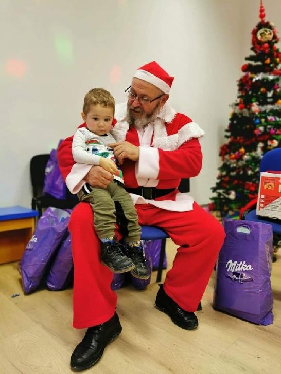 """Spiriduşii din grupul"""" Zâmbet de copil"""" au adus emoţii şi bucurie copiilor din comuna Lapoş.Foto si video"""