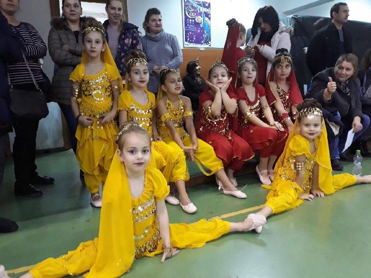 Roberta Andreea Popescu, la doar 7 ani este dansatoare, cântăreaţa şi model