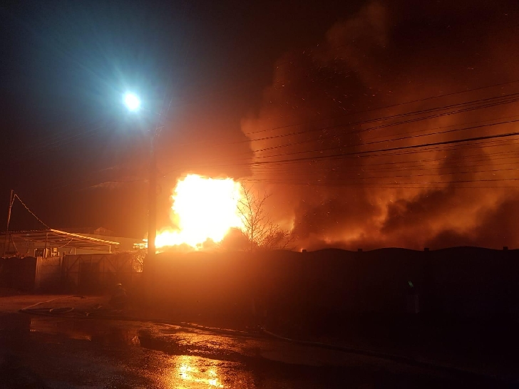 Incendiu violent la o fabrică de saltele din Urlaţi.(foto si video )