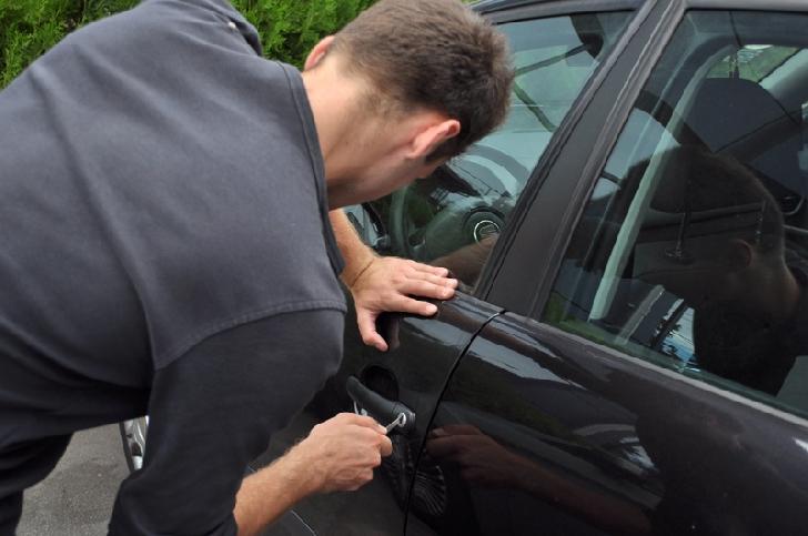 Un adolescent  din Ploieşti a fost arestat preventiv după ce a furat şi condus o maşină fără permis