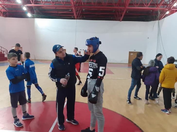 Boxerii de la CSM Ploiesti se pregătesc de Campionatele Naţionale, la Cornu (foto si video )